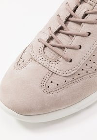 ecco - ECCO FLEXURE RUNNER W - Sneakersy niskie - grey rose - 2