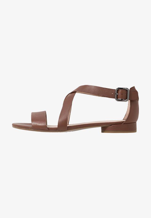 FLAT - Sandaalit nilkkaremmillä - cinnamon