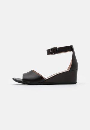 SHAPE - Sandały na koturnie - coffe nova