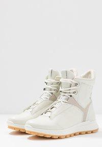ecco - EXOSTRIKE  - Šněrovací kotníkové boty - shadow white/white/gravel - 4