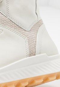 ecco - EXOSTRIKE  - Šněrovací kotníkové boty - shadow white/white/gravel - 2