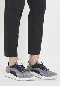 ECCO - ST.1 M - Sneakersy niskie - ombre/merigold/black/white - 0