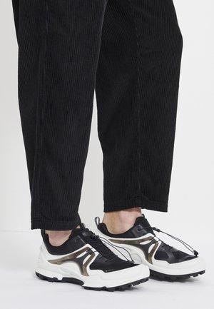 BIOM C-TRAIL - Trail running shoes - white/black
