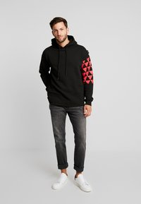 Be Edgy - BEADRIAN - Kapuzenpullover - black triangle