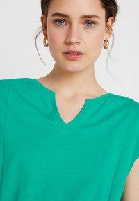 edc by Esprit - Žerzejové šaty - emerald green - 4