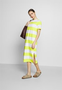 edc by Esprit - COLORBLOCK DRES - Vestido ligero - citrus green - 1