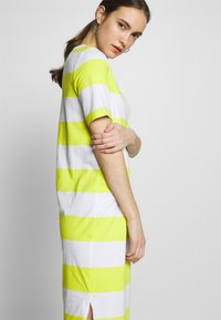 edc by Esprit - COLORBLOCK DRES - Vestido ligero - citrus green - 3