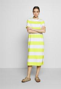 edc by Esprit - COLORBLOCK DRES - Vestido ligero - citrus green - 0