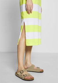 edc by Esprit - COLORBLOCK DRES - Vestido ligero - citrus green - 5