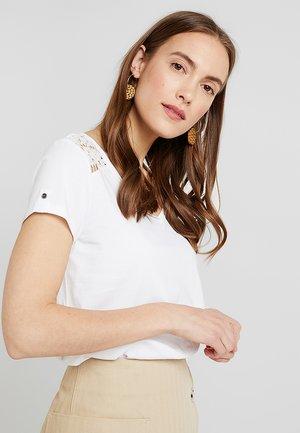 CROCHET MIX TEE - Print T-shirt - white