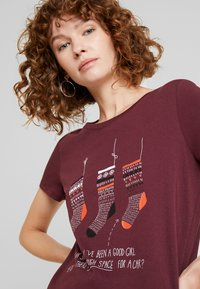 edc by Esprit - CORE CHRISTMAS - T-shirts med print - bordeaux red - 4