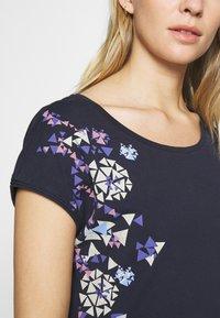edc by Esprit - SHOULDER - T-shirts med print - navy - 5