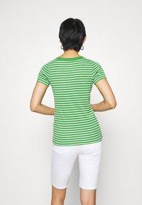 edc by Esprit - FLOW WIDE - T-shirt z nadrukiem - green - 2