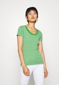 edc by Esprit - FLOW WIDE - T-shirt z nadrukiem - green - 0