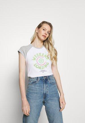 CORE RAGLAN - Print T-shirt - white