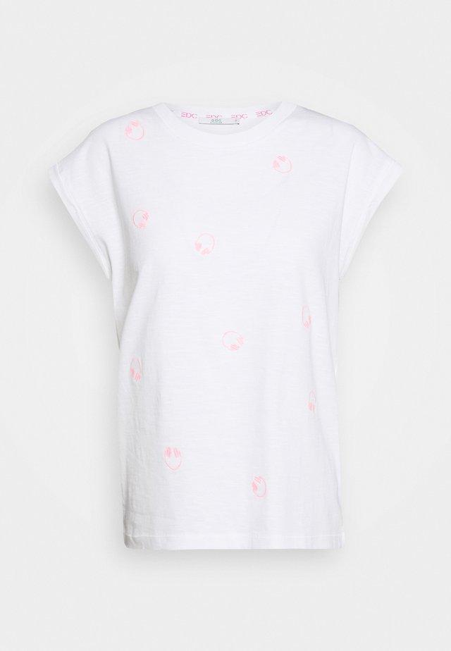 CORE EMBRO - Camiseta estampada - white
