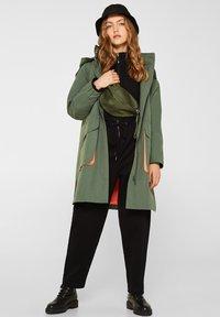 edc by Esprit - MIT NEON-FUTTER - Parka - khaki green - 1