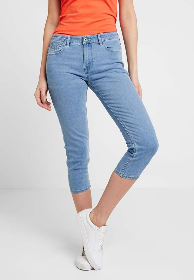 SLIM CROPPED - Shorts vaqueros - blue light wash