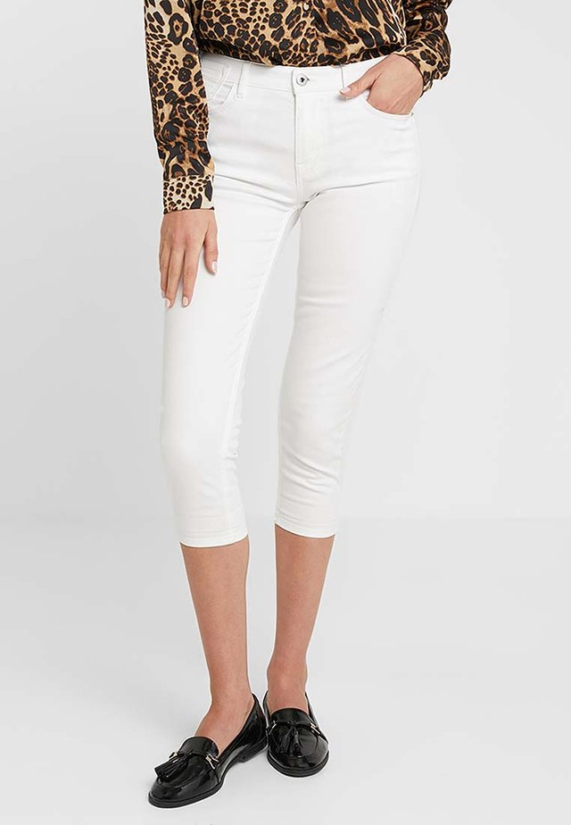 SLIM CAPRI - Shorts - white