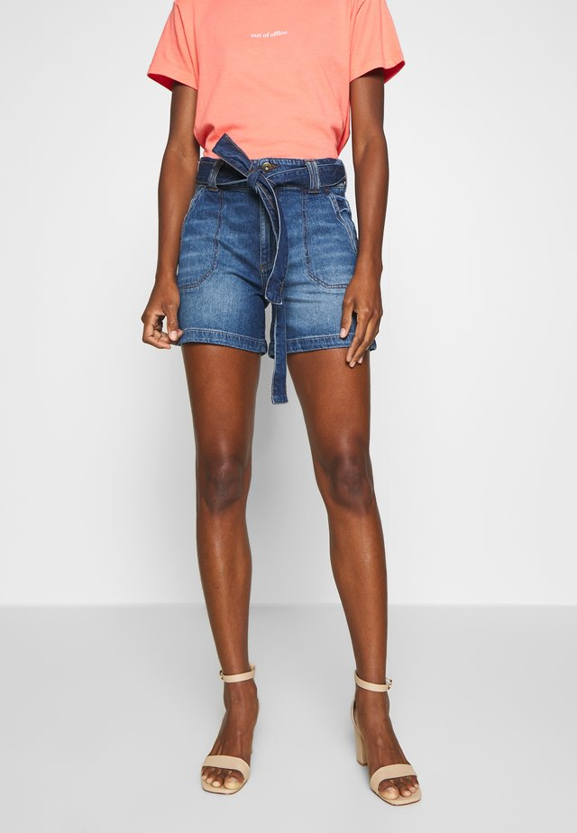 WIDE SHORT - Shorts vaqueros - blue dark wash