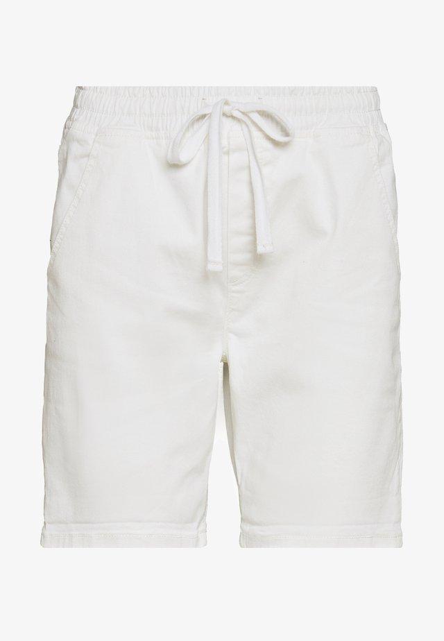 SLIM JOGGER - Shorts vaqueros - white