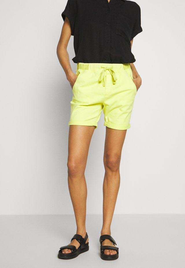 SLIM JOGGER - Shorts vaqueros - lime yellow