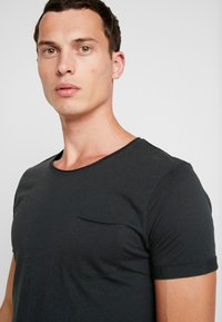 edc by Esprit - TEE - Camiseta básica - dark green - 3