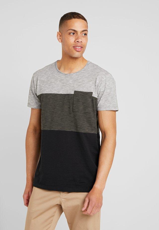 COLOR BLOCK TEE - Print T-shirt - dark khaki