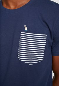 edc by Esprit - CHEST TEE - Printtipaita - navy - 5