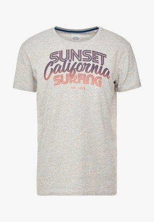 DEGRADEE TEE - T-shirt z nadrukiem - medium grey