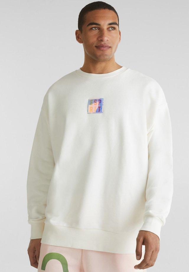 MIT RÜCKEN-PRINT - Sweatshirts - off white