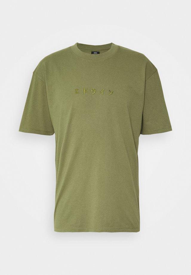 KATAKANA EMBROIDERY - Basic T-shirt - martini olive
