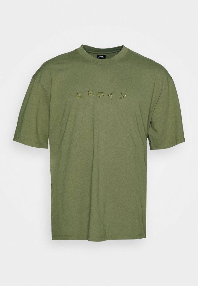 KATAKANA EMBROIDERY - T-shirt med print - martini olive