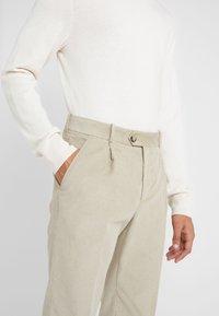 Editions MR - FRANCOIS CARROT PANTS - Bukser - sage - 5