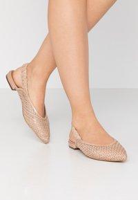 EDITED - GOTJE - Ballerina med hælstøtte - beige/latté - 0
