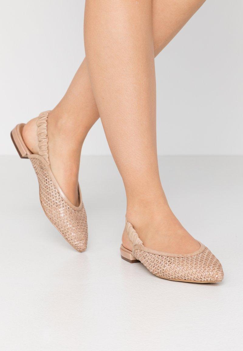 EDITED - GOTJE - Ballerina med hælstøtte - beige/latté