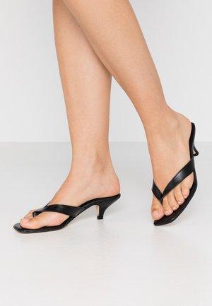LOUIZA - Sandály s odděleným palcem - black