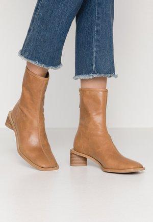 ELLINOR - Kotníkové boty - beige latté