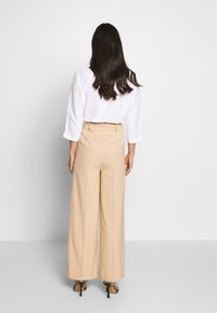 EDITED - KELLY TROUSERS - Pantalon classique - beige - 2