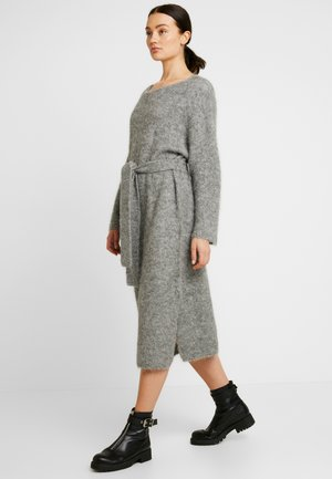 ISAC DRESS - Strikket kjole - grau