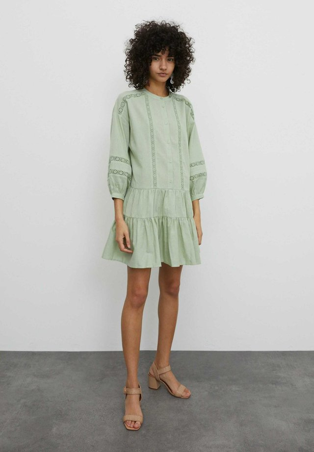 Sukienka koszulowa - grün