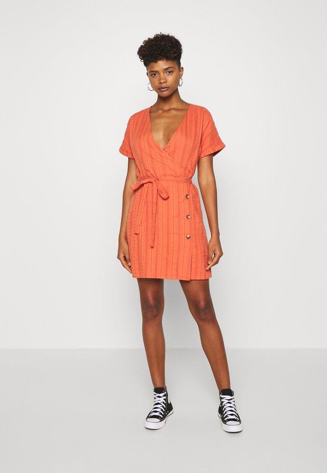 NERYS DRESS - Sukienka letnia - rostbraun/rot