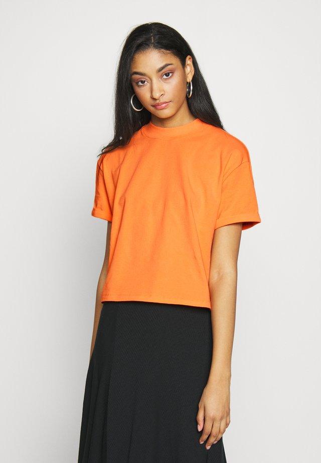 LOUNA - T-shirts - birds of paradise orange