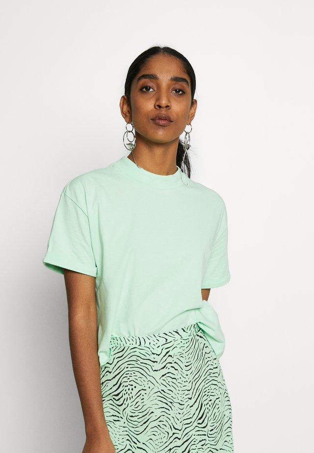 LOUNA - T-shirts basic - green ash