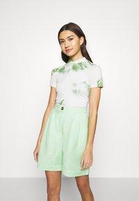 EDITED - JUANA - T-shirt con stampa - basil/white swan tie dye - 0