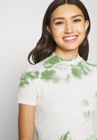 EDITED - JUANA - T-shirt con stampa - basil/white swan tie dye - 4