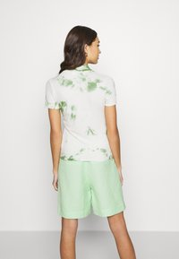 EDITED - JUANA - T-shirt con stampa - basil/white swan tie dye - 2
