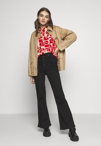 EDITED - EMINA BLOUSE - Button-down blouse - beige/rot - 1