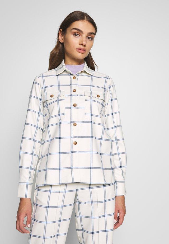 VIANNA BLOUSE - Button-down blouse - weiß/blau