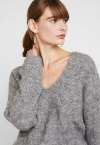 EDITED - FAWINI - Sweter - grau - 3